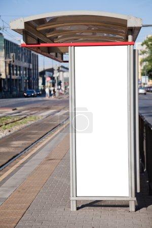 Photo pour Arrêt de bus avec un panneau d'affichage vide pour votre publicité - image libre de droit