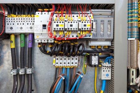 Photo pour Tableau électrique dans une usine de la chaîne de montage. commandes et commutateurs. - image libre de droit