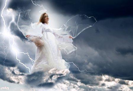 Photo pour Ange dans la tempête du ciel - image libre de droit