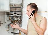 A férfi felhívja telefonon okozhat a szerelőt Gáz vízmelegítők