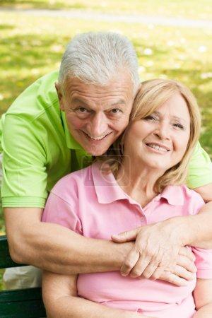 Photo pour Gros plan portrait de heureux homme âgé embrassant femme mûre . - image libre de droit