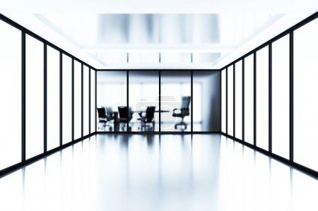 Photo pour Salle de réunion vide derrière une cloison de verre dans une cabine moderne - image libre de droit