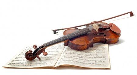 Photo pour Beau violon et partitions musicales, isolés sur fond blanc - image libre de droit