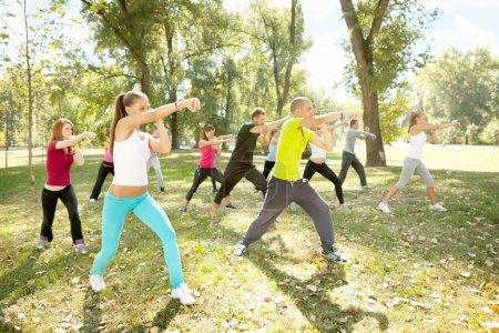 Photo pour Grand groupe de kick-boxing jeunes formation, plein air - image libre de droit