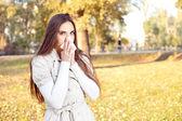 Dívka s tkání s chřipkou nebo alergie