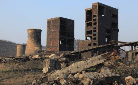 Photo pour Ruines d'un site industriel très fortement pollué à copsa mica, Roumanie. dans les années 1990, l'endroit était connu comme l'une des villes plus polluées d'europe. - image libre de droit