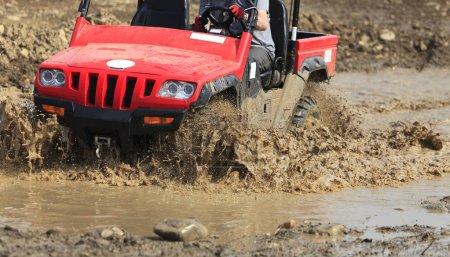 Photo pour Détail d'un VTT pendant la course boueuse. - image libre de droit