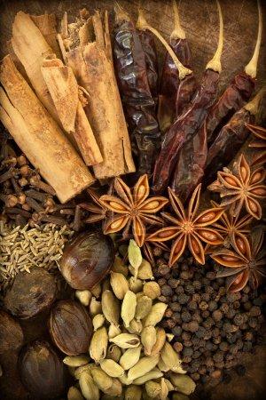 Photo pour Image d'épices mélangées sur un fond vertical en bois - image libre de droit