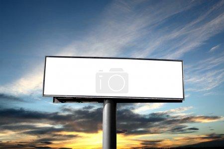 Photo pour Panneau d'affichage vide sur fond de ciel coucher de soleil - image libre de droit