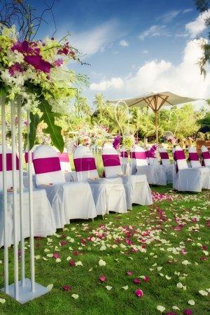Photo pour Fragment comme la vue de belles chaises prêtes pour la cérémonie de mariage - image libre de droit