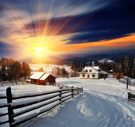 Photo pour Paysage d'hiver. village de montagne dans les Carpates ukrainiennes. - image libre de droit