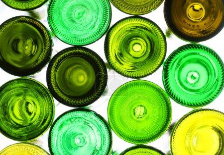 Photo pour Pile de bouteilles de vin vides assorties backlited - image libre de droit