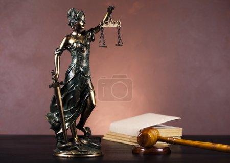Photo pour Concept de droit et de justice en studio . - image libre de droit