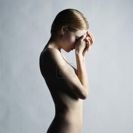 Photo pour Photo de mode d'une belle femme nue. Studio photo - image libre de droit