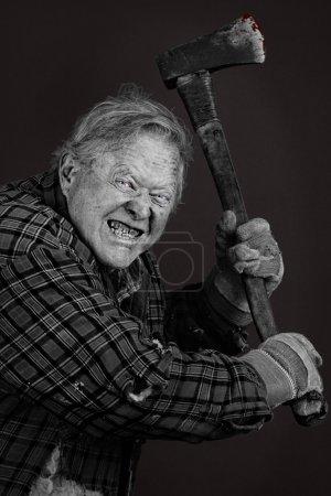 Photo pour Très effrayant vieillard fou avec une hache, beaucoup de détails, presque complètement noir et blanc à l'exception des yeux et de sang sur l'outil. - image libre de droit