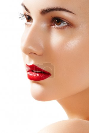 Photo pour Portrait de gros plan du visage pureté femme belle avec du maquillage des lèvres rouge vif. joli modèle avec peau propre brillante - image libre de droit