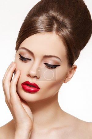 Photo pour Beau portrait de modèle sensuelle jeune femme européenne avec le maquillage des lèvres glamour rouge, maquillage pour les yeux flèche, pureté de la peau. style rétro beauté - image libre de droit