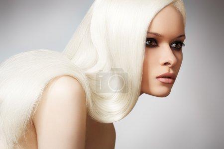 Foto de Bienestar y spa. Modelo de mujer sensual y brillante, con el pelo recto largo rubio y la noche elegante maquillaje. salud, belleza, bienestar. - Imagen libre de derechos