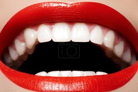Photo pour Gros sourire féminin heureux avec des dents blanches en bonne santé, maquillage lèvres brillant rouge brillant. soins de beauté, la dentisterie et la cosmétologie. - image libre de droit