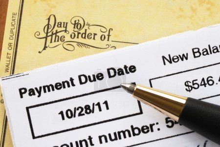 Foto de Pagar la cuenta de tarjeta de crédito en concepto de tiempo de salud financiera - Imagen libre de derechos