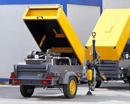 Photo pour Compresseur d'air mobile sur chantier - image libre de droit