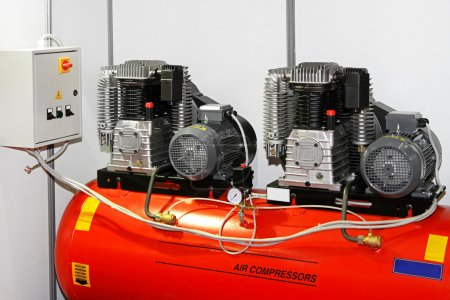 Photo pour Compresseur d'air moteur double dans le garage d'entretien - image libre de droit