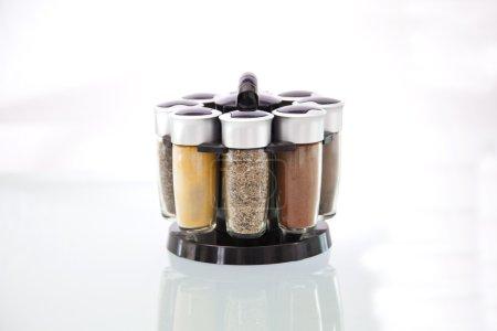 Photo pour Porte-épices rotatif avec des épices assorties - image libre de droit