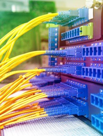 Photo pour Coup de câbles réseau et serveurs dans un datacenter de technologie - image libre de droit