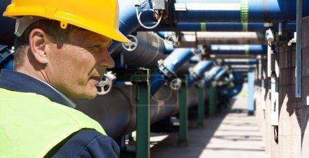 Photo pour Maintenance engineer chez le système de gestion des eaux usées d'une usine énorme - image libre de droit