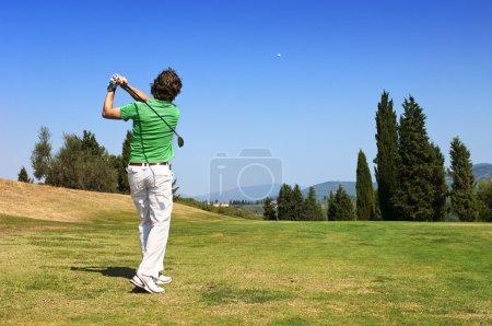 Photo pour Golf joueur frappe sa balle sur le fairway - image libre de droit