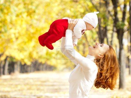Photo pour Bonne jeune mère jouant avec la petite fille dans le parc d'automne - image libre de droit