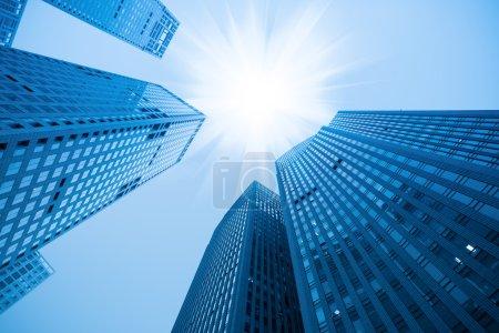 Photo pour Gratte-ciel abstrait bâtiment bleu sous le ciel - image libre de droit
