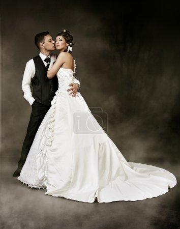 Photo pour Couple de mariage, Mariée et Mariée tournage de mode sur fond sombre . - image libre de droit