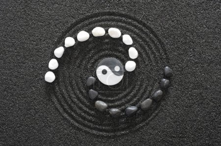 Photo pour Pierres zen yin et yang - image libre de droit