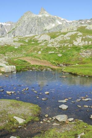 Photo pour Lac de montagne en arrière-plan avec haute montagne - image libre de droit