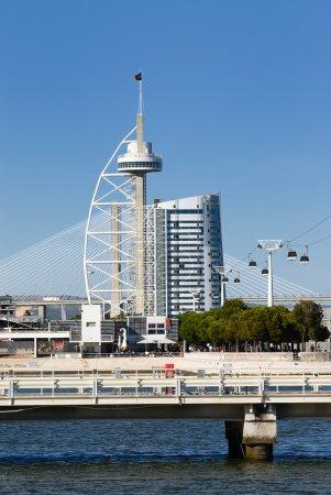 Photo pour La tour vasco da gama avec téléphérique, Lisbonne, portugal - image libre de droit