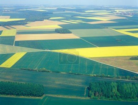Foto de Vista aérea de campos con turbinas eólicas. Francia. - Imagen libre de derechos