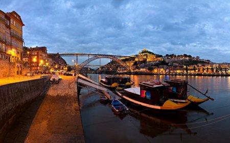 Photo pour Panorama vieux fleuve Porto Duoro, port vintage transportant des bateaux, vieille ville, ville de Gaia et célèbre pont Ponte dom Luis, Portugal - image libre de droit