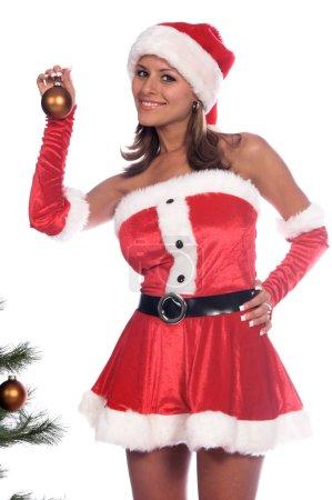 Photo pour Sexy Mme Père Noël mettre des ornements de Noël sur l'arbre . - image libre de droit