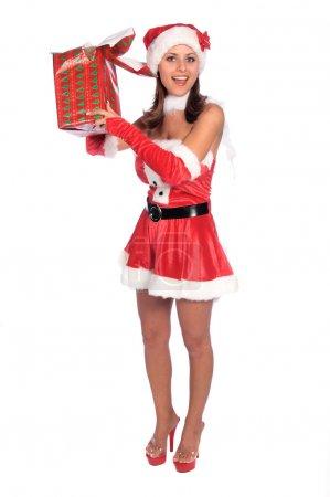 Photo pour Une coquine sexy Mlle Père Noël ouvrant un cadeau de Noël - image libre de droit