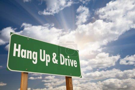 Photo pour Raccrochez et conduire le signe de la route verte avec ciel dramatique, nuages et soleil. - image libre de droit