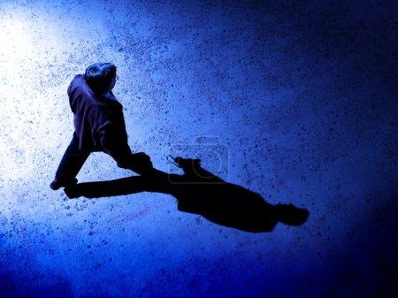 Photo pour Homme qui marche seule dans la nuit sur la rue - image libre de droit