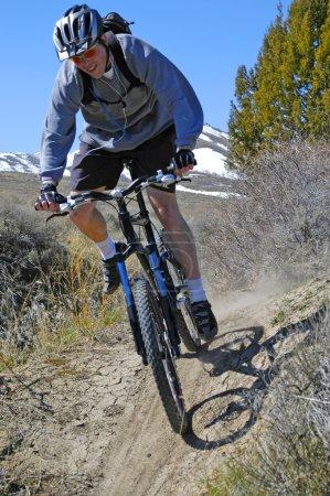 Photo pour VTT sur un sentier dans les montagnes - image libre de droit
