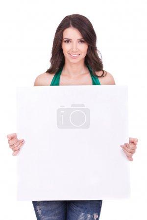 Photo pour Femme occasionnelle affichant une bannière publicitaire isolée sur un fond blanc - image libre de droit