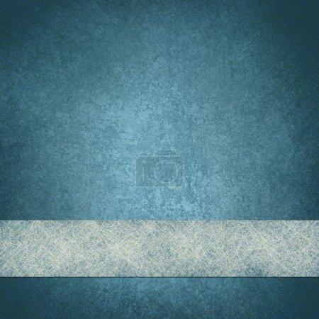 Photo pour Illustration de fond bleu fondu avec texture grunge vintage et ruban de papier parchemin blanc - image libre de droit