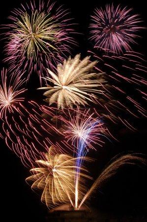 Photo pour Bouquet d'explosions de feux d'artifice coloré - image libre de droit