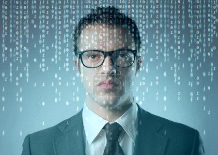 Photo pour Homme d'affaires devant un écran d'ordinateur avec un code binaire dessus - image libre de droit