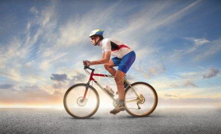 Photo pour Cycliste sur son vélo - image libre de droit
