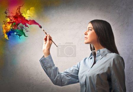 Foto de Mujer hermosa pintura con diversos colores - Imagen libre de derechos