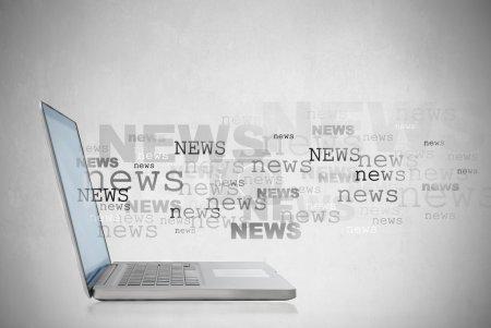 Photo pour Ordinateur portable avec les nouvelles de la parole qui sort de l'écran - image libre de droit